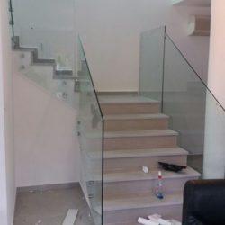 מעקה זכוכית למרפסת תקן