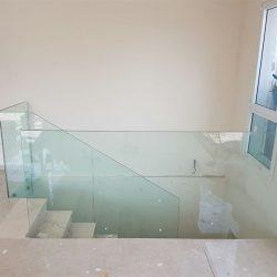 מעקה זכוכית לבית