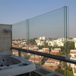 מעקה זכוכית למרפסת של זכוכית רפאלי